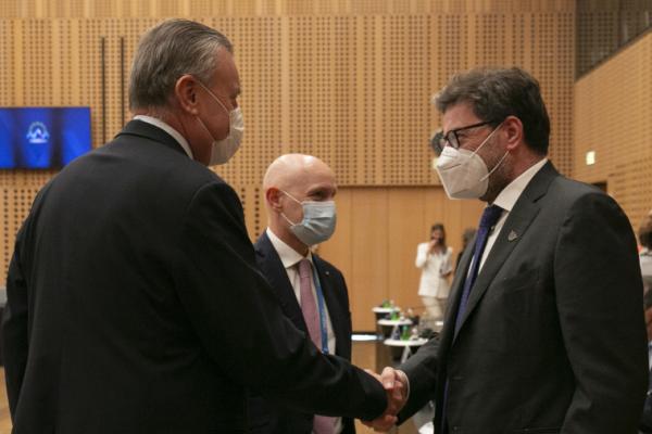 Il Ministro Giorgetti insieme ai rappresentanti di Aquafil