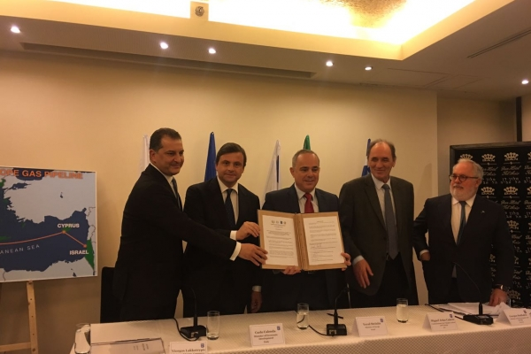 I ministri Calenda, l'israeliano Yuval Steinitz, il greco Giorgos Stathakis, il cipriota Yiorgos Lakkotrypis e il Commissario europeo all'Energia, Miguel Arias Canete mostrano l'accordo firmato.