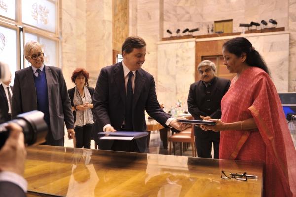 Il ministro Carlo Calenda con la Ministra del Commercio e dell'Industria Nirmala Sitharaman