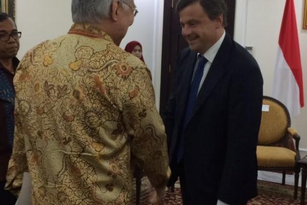 Il Ministro Calenda durante la missione a Jakarta
