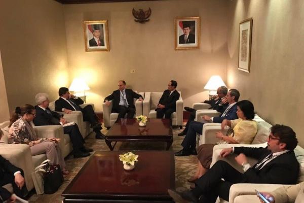 Il Ministro Calenda in riunione durante la missione a Jakarta