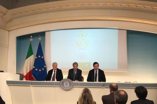 Il Presidente del Consiglio, Paolo Gentiloni, e i ministri Carlo Calenda (Sviluppo economico) e Gian Luca Galletti (Ambiente e tutela del territorio e del mare) durante la presentazione