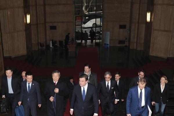 L'arrivo della delegazione, accompagnata dal Ministro Carlo Calenda