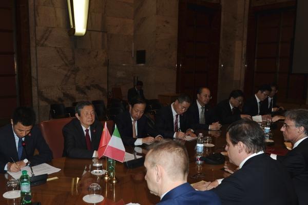 Il Vice Primo Ministro della Repubblica Popolare Cinese Ma Kai (secondo da sinistra) al tavolo dei lavori
