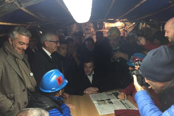 Il Ministro Carlo Calenda durante l'incontro per il rilancio dello stabilimento di Portovesme