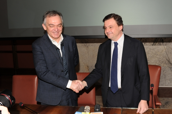 Stretta di mano tra il ministro Carlo Calenda ed Enrico Rossi (Governatore Regione Toscana)