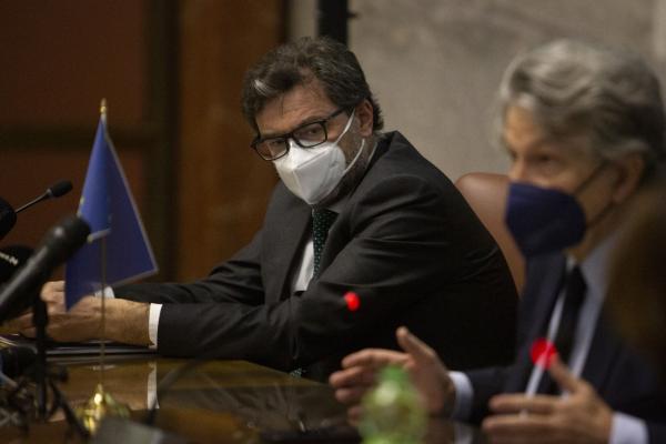Il Ministro durante la conferenza stampa