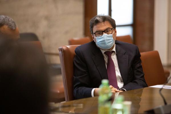 Il ministro Giorgetti durante l'incontro