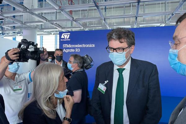 Il ministro Giorgetti in visita allo stabilimento di STM di Agrate Brianza